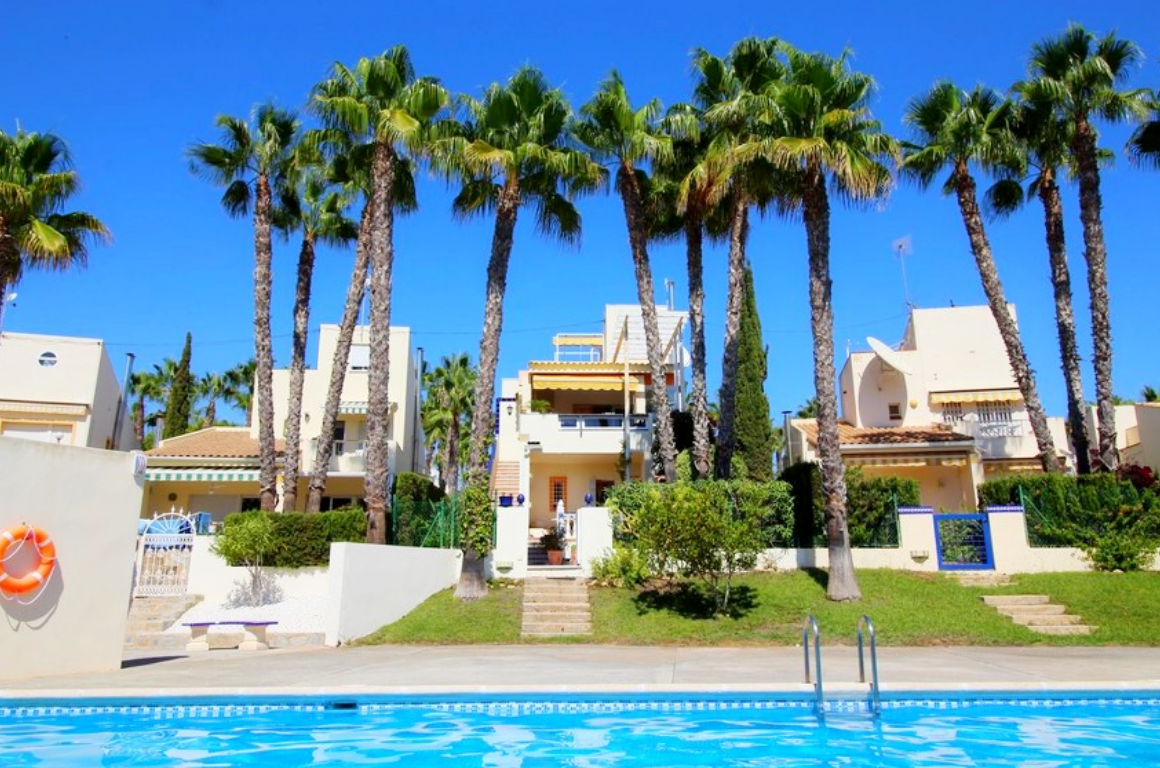 Properties from 114.000 € close to Golf Club Villamartín - Villa, Golf Club Villamartin, Costa Blanca
